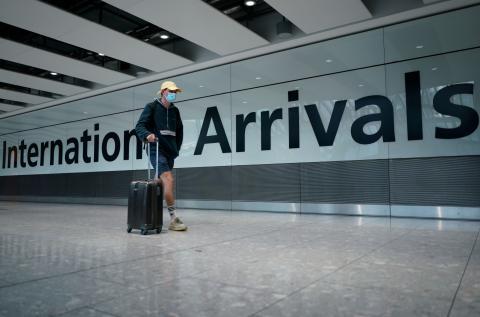 Un viajero en el aeropuerto durante el coronavirus