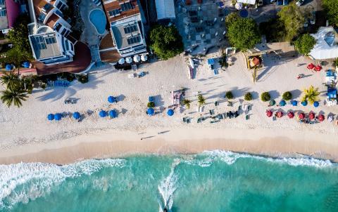 Vista aérea de la costa de Barbados en el Caribe