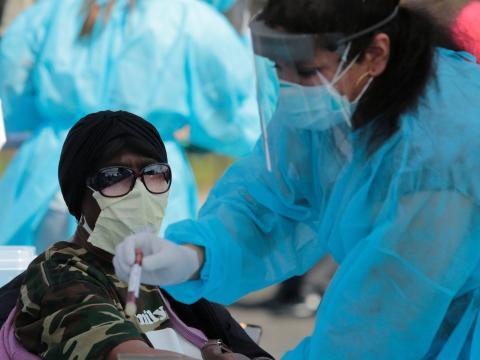 Un joven residente de Detroit, Míchigan, Estados Unidos, es examinado de anticuerpos contra el coronavirus el 28 de abril.