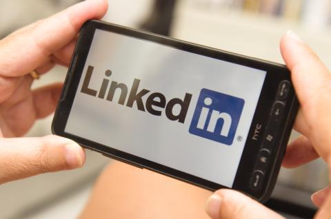 App de LinkedIn en un móvil