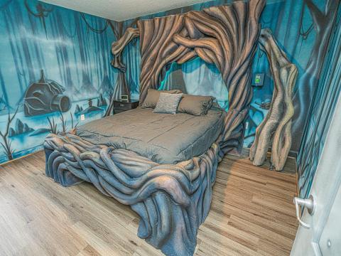 Esta otra cama está rodeada de troncos enredados.