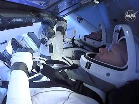 Behnken y Hurley a bordo de la nave espacial SpaceX's Crew Dragon el domingo