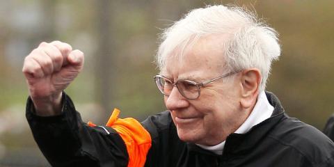 Berkshire Hathaway chairman Warren Buffett gestures at the start of a 5km race.  REUTERS/Rick Wilking