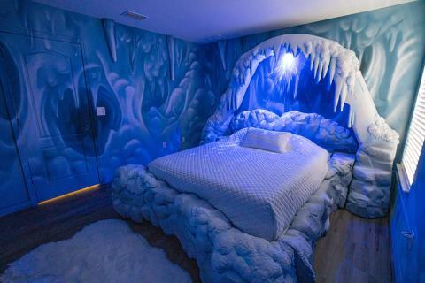La luz azul le da a la habitación un aspecto escalofriante.