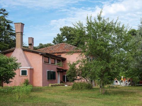 La granja de color rosa brillante ha estado en la familia de Sarzetto durante generaciones.