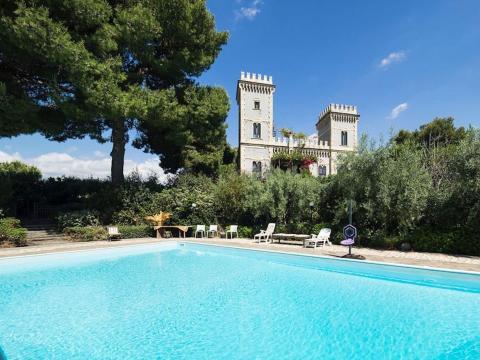 Este castillo también cuenta con una piscina privada.