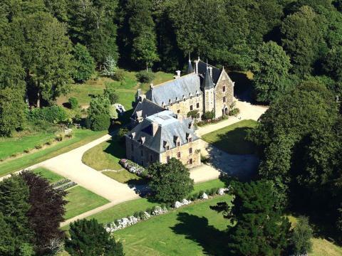 El castillo tiene una piscina en la propiedad.