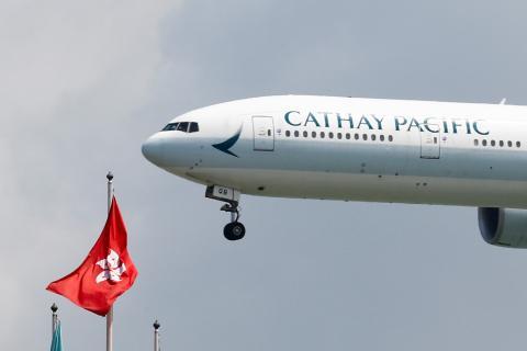 Un avión de Cathay Pacific aterriza en el Aeropuerto de Hong Kong.