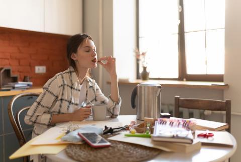 Una chica come una galleta y toma café.
