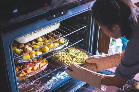 cocinar, mujer cocinando al horno