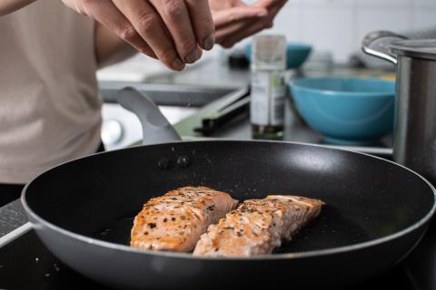 Cocinar salmón.