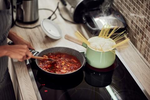 Cocinar salsa de tomate frito para pasta.