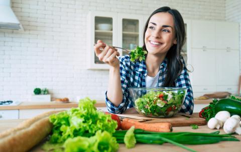 Comer alimentos saludables.