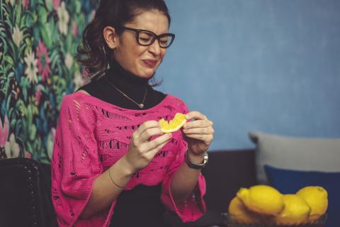 Comer limón.
