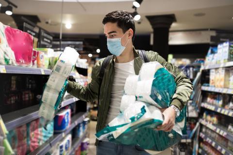 Comprar papel higiénico.