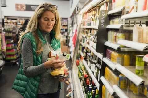 Comprar en un supermercado.