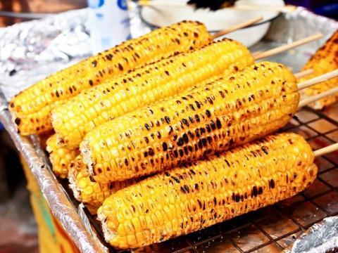 Es posible que quieras remojar el maíz antes de echarlo hacerlo a la parrilla.