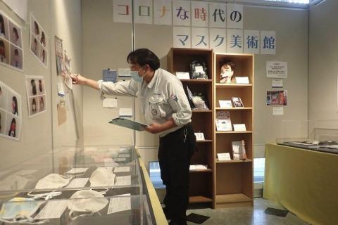 Makoto Mochida examina los recortes de periódico y otros artículos que está recogiendo para documentar cómo la vida fue afectada por la pandemia del coronavirus en el Museo Histórico de Urahoro