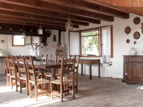 El comedor tiene capacidad para un grupo completo de invitados.