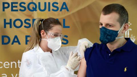 Una enfermera inyecta una vacuna experimental contra el coronavirus a un voluntario en Porto Alegre (Brasil)