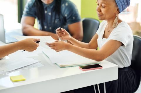 Entregar contrato, curriculum, papeles