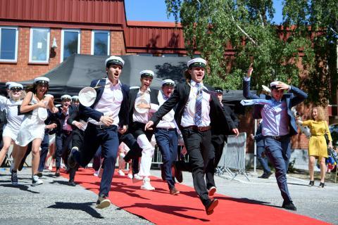 Estudiantes de un instituto en Suecia celebran su graduación