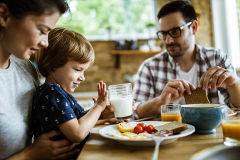 Familia en el desayuno.