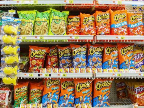 Bolsas de Cheetos en el estante de una tienda.