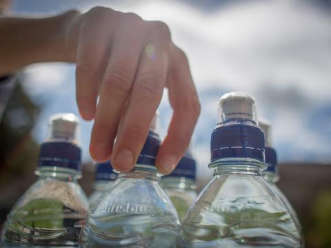 Las botellas de agua congeladas ayudarán a mantener la comida fría durante más tiempo.