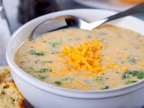 La sopa congelada puede mantener su calidad después de descongelarla.