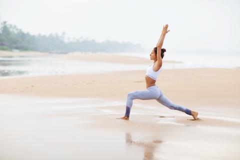 Hacer ejercicio en la playa.