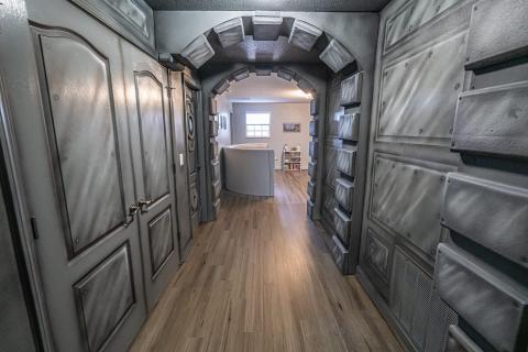El pasillo tiene elementos 3D.