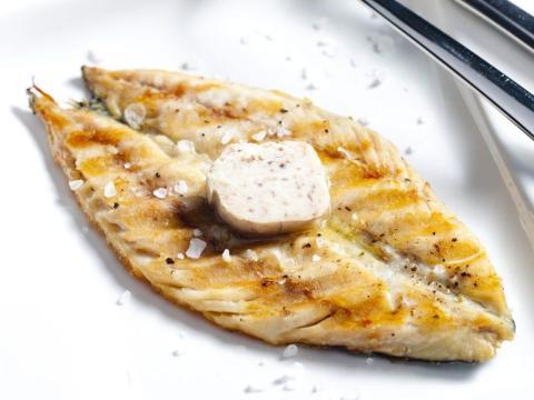 Puede acompañar el pescado a la parrilla con mantequilla de anchoa.