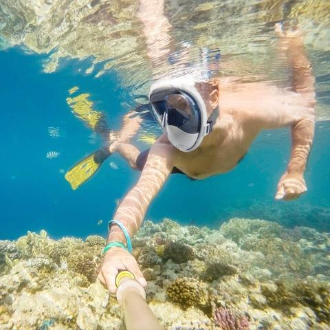 hombre buceando con máscara snorkel
