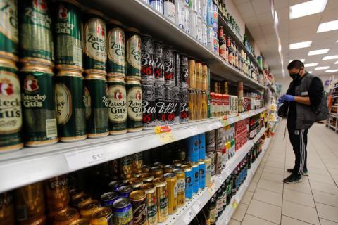 hombre comprando cerveza en el supermercado