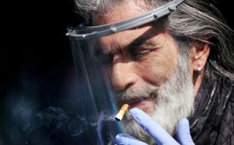 Hombre fumando durante la pandemia