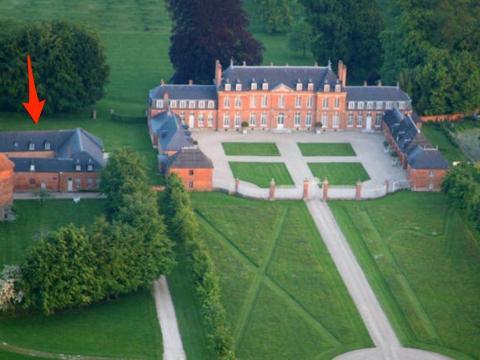 La casa está en los terrenos de un castillo.