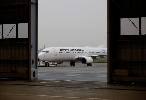 Un avión de Japan Airlines en mantenimiento en el Aeropuerto Internacional de Tokio, en plena crisis del coronavirus.