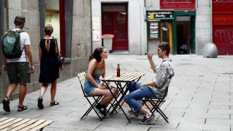 Jóvenes tomando algo en una terraza de Madrid.