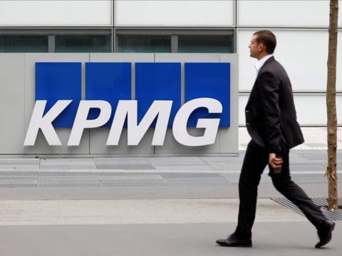 FOTO DE ARCHIVO: Logotipo de KPMG en las oficinas centrales de la compañía en el distrito comercial y financiero de La Defense en Courbevoie.