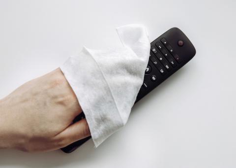 Limpiando el mando del televisor.