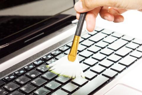 Limpiando el teclado.