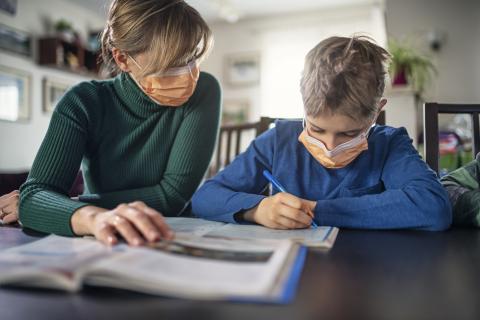 Una madre ayuda con los deberes a su hijo en medio de la pandemia por el coronavirus