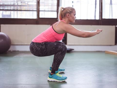 Asegúrate de que tu espalda esté recta y tus rodillas queden detrás de los dedos de los pies.
