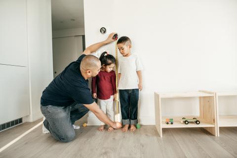 Medir la altura de los hijos.