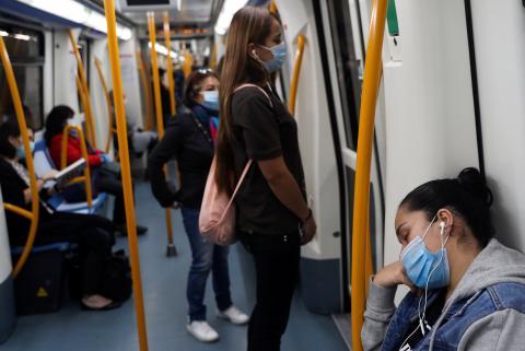 Una chica duerme en un vagón de Metro de Madrid.