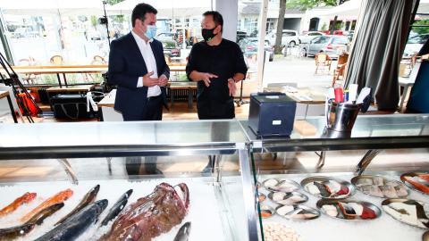 El ministro de Trabajo alemán, Hubertus Heil (izquierda), durante una visita a un restaurante en Berlín la semana pasada.