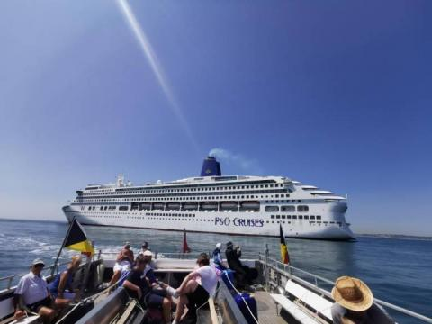 Mudeford Ferry frente a uno de los cruceros 'fantasma' de P&O.