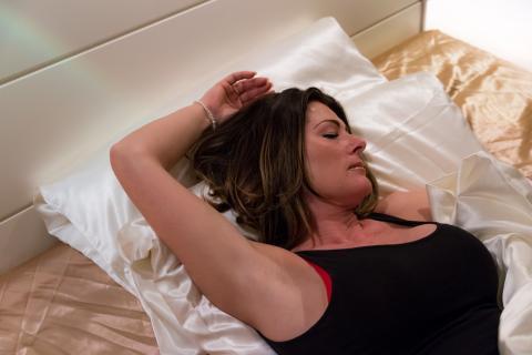 Mujer en la cama sudando
