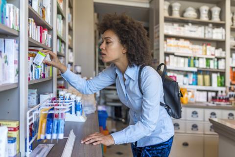 Mujer comprando medicamentos en farmacia